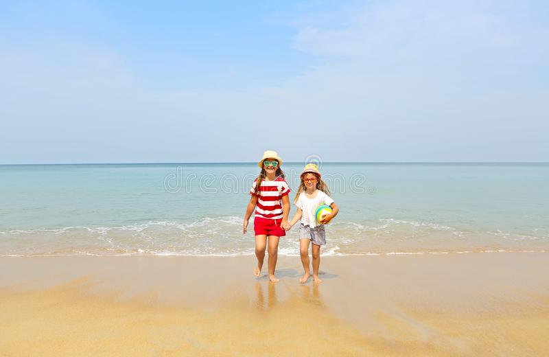 Ευτυχείς αδελφές που παίζουν στην άμμο σε μια όμορφη παραλία στοκ φωτογραφία με δικαίωμα ελεύθερης χρήσης