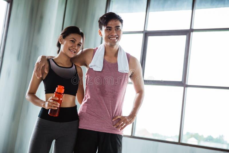 Ευτυχείς αθλητικοί άνθρωποι ζευγών μαζί στο χαμόγελο γυμναστικής στοκ εικόνες