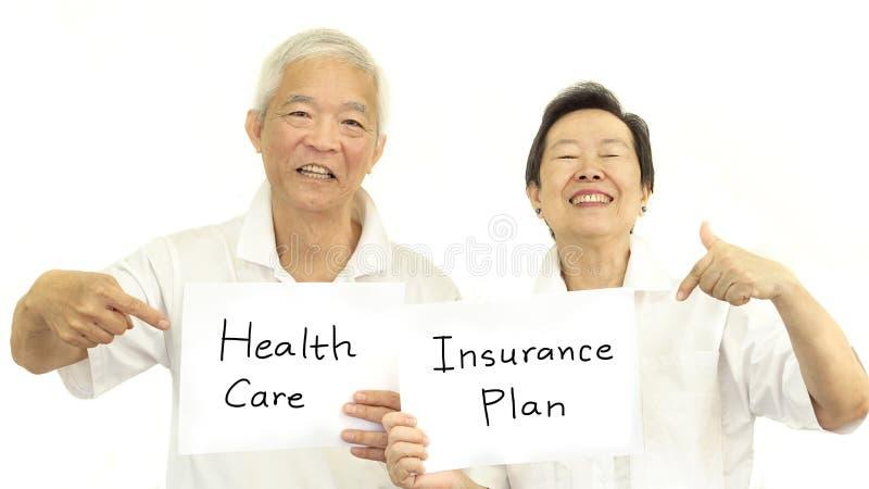 Ευτυχείς ασιατικές ανώτερες υγειονομική περίθαλψη ζευγών και έννοια ασφαλιστικών σχεδίων στοκ εικόνα