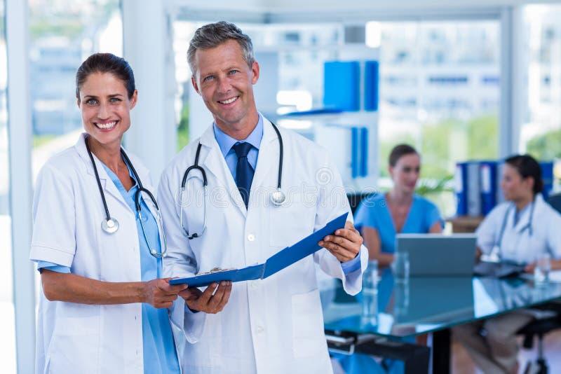 Ευτυχείς γιατροί που χαμογελούν στη κάμερα στοκ φωτογραφία με δικαίωμα ελεύθερης χρήσης