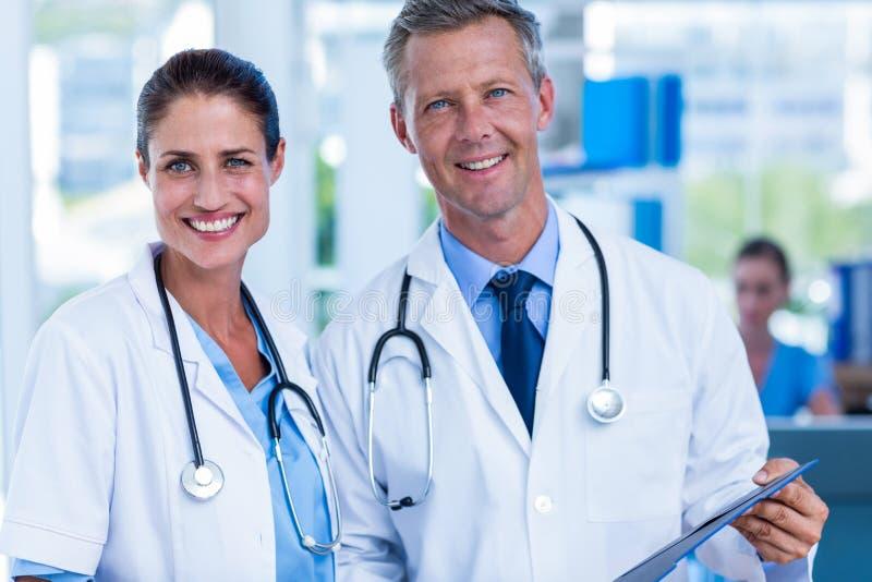Ευτυχείς γιατροί που χαμογελούν στη κάμερα στοκ εικόνες με δικαίωμα ελεύθερης χρήσης
