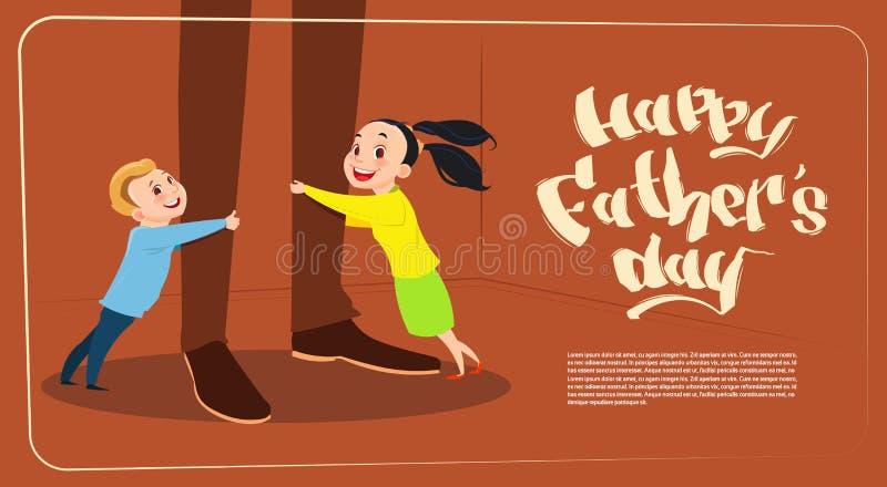 Ευτυχείς γιος ημέρας πατέρων οικογενειακοί διακοπές, κόρη και που αγκαλιάζουν τη ευχετήρια κάρτα ποδιών μπαμπάδων απεικόνιση αποθεμάτων