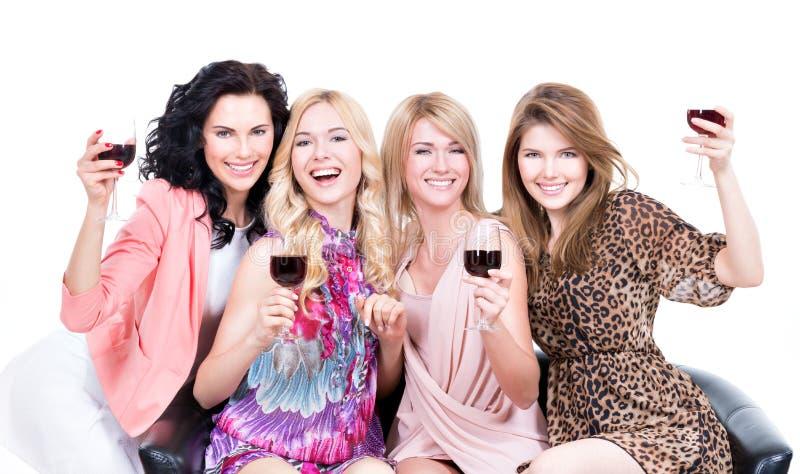 Ευτυχείς γυναίκες με τα ποτήρια του κρασιού στοκ φωτογραφία