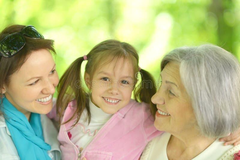Download Ευτυχείς γυναίκες με το μικρό κορίτσι Στοκ Εικόνες - εικόνα από υπαίθριος, κορίτσι: 62722840