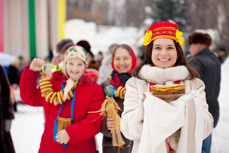 Ευτυχείς γυναίκες που γιορτάζουν Shrovetide στοκ φωτογραφία με δικαίωμα ελεύθερης χρήσης