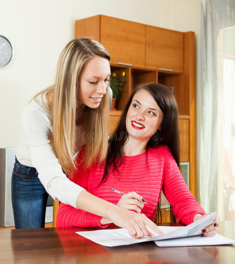 Ευτυχείς γυναίκες που διαβάζουν τα οικονομικά έγγραφα στοκ εικόνες