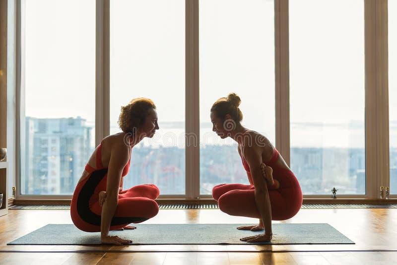 Ευτυχείς γυναίκες που παρουσιάζουν ευελιξία τους στοκ φωτογραφία