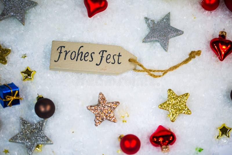 Ευτυχείς διακοπές με τις σφαίρες και τα αστέρια Χριστουγέννων στο χιόνι στοκ φωτογραφία με δικαίωμα ελεύθερης χρήσης