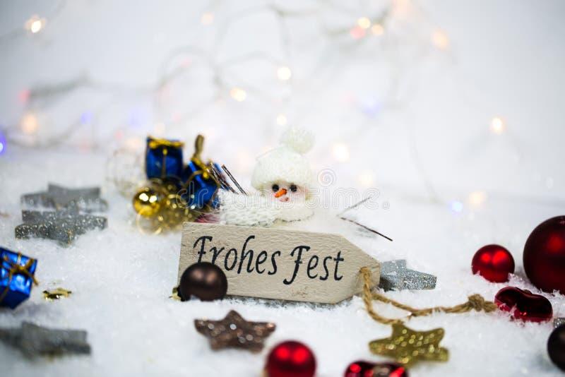 Ευτυχείς διακοπές με τις σφαίρες και τα αστέρια Χριστουγέννων στο χιόνι στοκ εικόνα