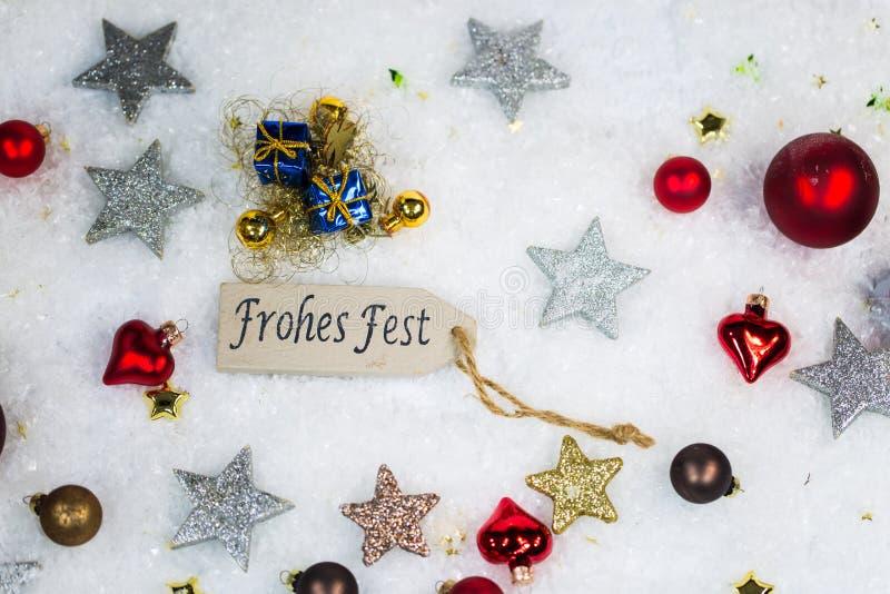 Ευτυχείς διακοπές με τις σφαίρες και τα αστέρια Χριστουγέννων στο χιόνι στοκ φωτογραφίες με δικαίωμα ελεύθερης χρήσης