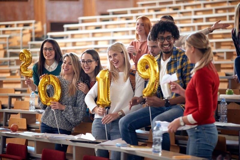 Ευτυχείς διεθνείς σπουδαστές που γιορτάζουν τις διακοπές στοκ εικόνες