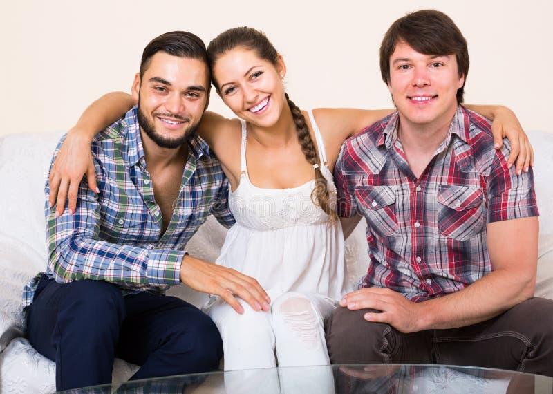 Ευτυχείς ενήλικοι συνεργάτες στο εγχώριο εσωτερικό στοκ φωτογραφίες με δικαίωμα ελεύθερης χρήσης