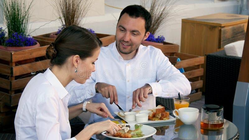 Ευτυχείς επιχειρηματίες στο μεσημεριανό γεύμα τους έξω στη καφετερία στοκ φωτογραφία με δικαίωμα ελεύθερης χρήσης