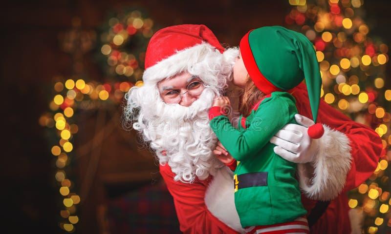 Ευτυχείς εύθυμοι αρωγός και Άγιος Βασίλης νεραιδών παιδιών στα Χριστούγεννα στοκ εικόνες