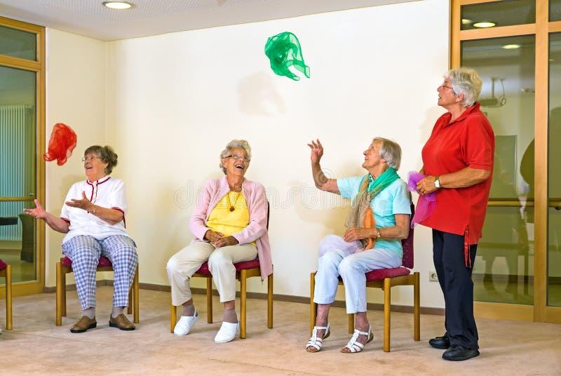 Ευτυχείς ηλικιωμένες κυρίες σε μια γυμναστική στοκ εικόνα με δικαίωμα ελεύθερης χρήσης