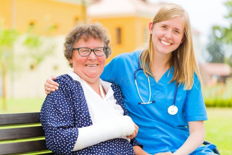 Ευτυχείς ηλικιωμένοι ασθενής και γιατρός στοκ εικόνες με δικαίωμα ελεύθερης χρήσης