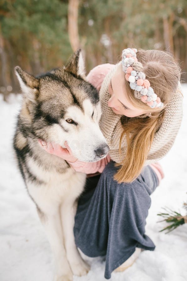 Ευτυχείς ιδιοκτήτης και σκυλί γυναικών στοκ εικόνες με δικαίωμα ελεύθερης χρήσης