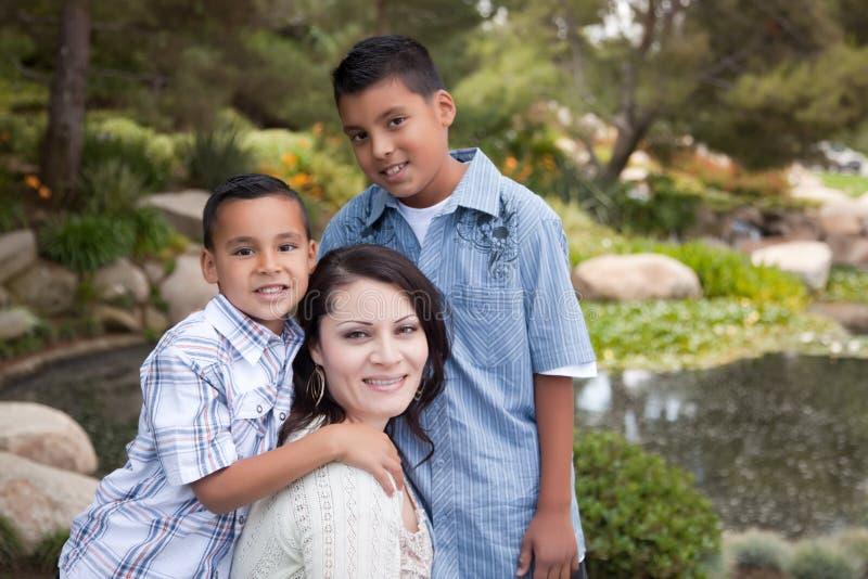 Ευτυχείς ισπανικοί μητέρα και γιοι στοκ φωτογραφίες με δικαίωμα ελεύθερης χρήσης