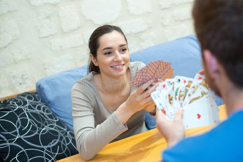 Ευτυχείς κάρτες παιχνιδιού ζευγών στο σπίτι στοκ εικόνες