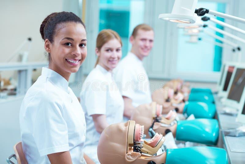 Ευτυχείς μελλοντικοί οδοντίατροι στο σχολείο στοκ εικόνες