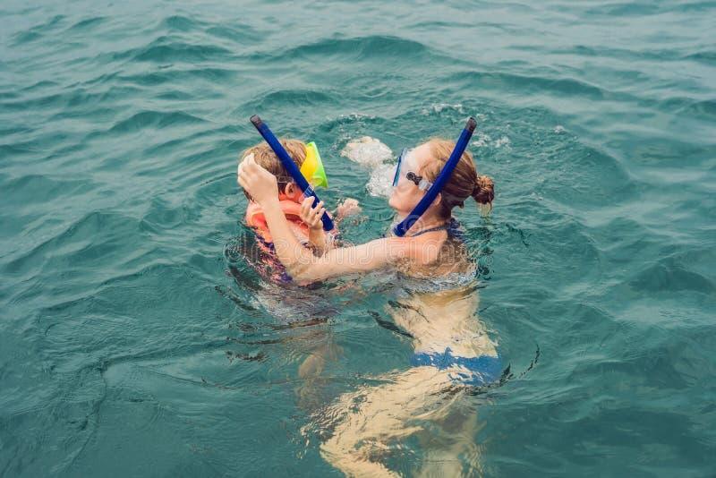 Ευτυχείς μητέρα και γιος που κολυμπούν με αναπνευτήρα στο σκάφος στοκ φωτογραφία με δικαίωμα ελεύθερης χρήσης