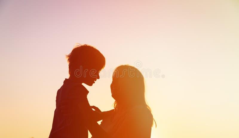 Ευτυχείς μητέρα και γιος στο ηλιοβασίλεμα στοκ φωτογραφίες με δικαίωμα ελεύθερης χρήσης
