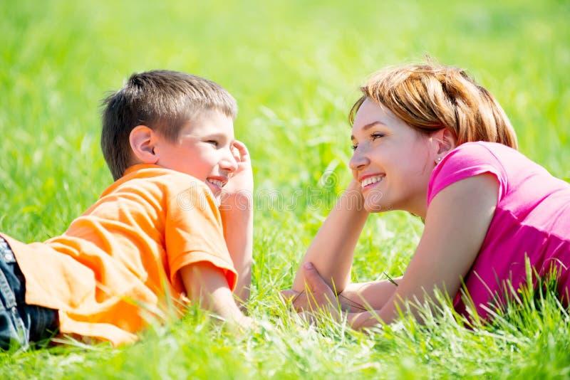 Ευτυχείς μητέρα και γιος στο πάρκο στοκ φωτογραφίες με δικαίωμα ελεύθερης χρήσης