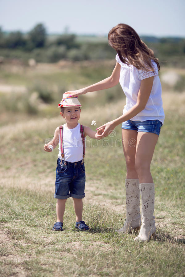 Ευτυχείς μητέρα και γιος στοκ εικόνα με δικαίωμα ελεύθερης χρήσης