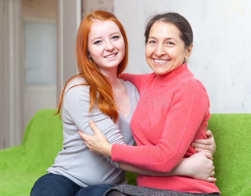 Ευτυχείς μητέρα και κόρη που αγκαλιάζουν η μια την άλλη στοκ εικόνα με δικαίωμα ελεύθερης χρήσης