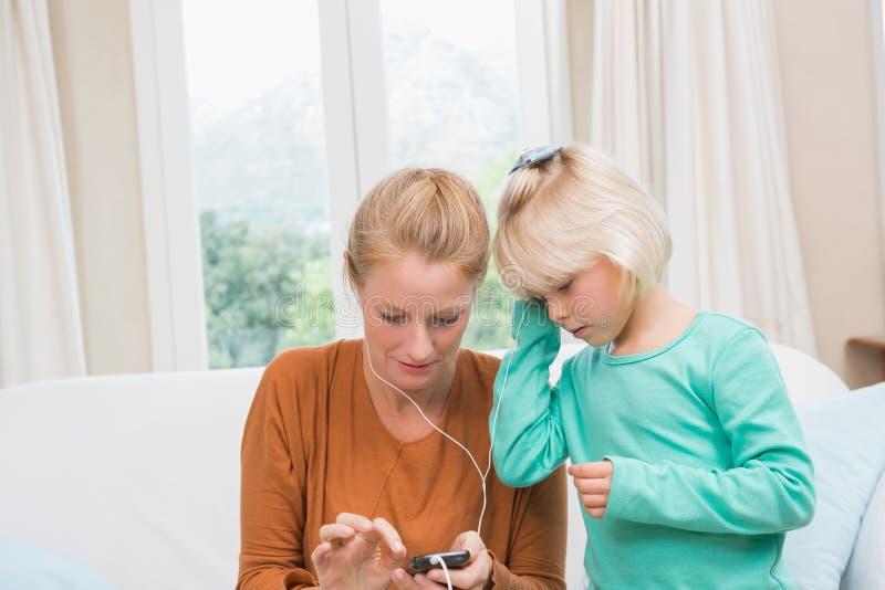 Ευτυχείς μητέρα και κόρη που ακούνε τη μουσική στοκ φωτογραφίες με δικαίωμα ελεύθερης χρήσης