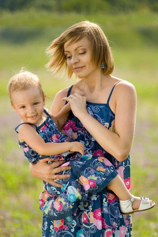 Ευτυχείς μητέρα και κόρη που στέκονται στον τομέα στοκ εικόνες με δικαίωμα ελεύθερης χρήσης