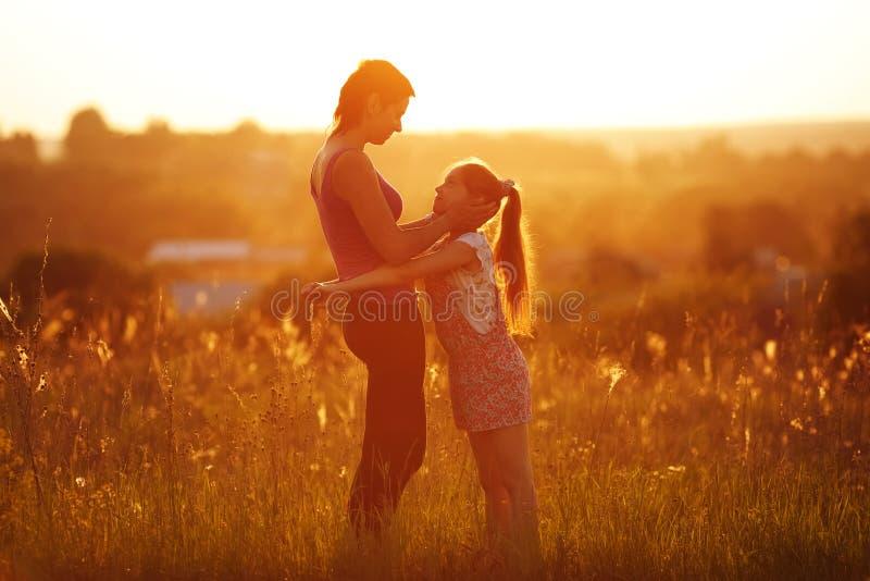 Ευτυχείς μητέρα και κόρη σε έναν τομέα στοκ εικόνες