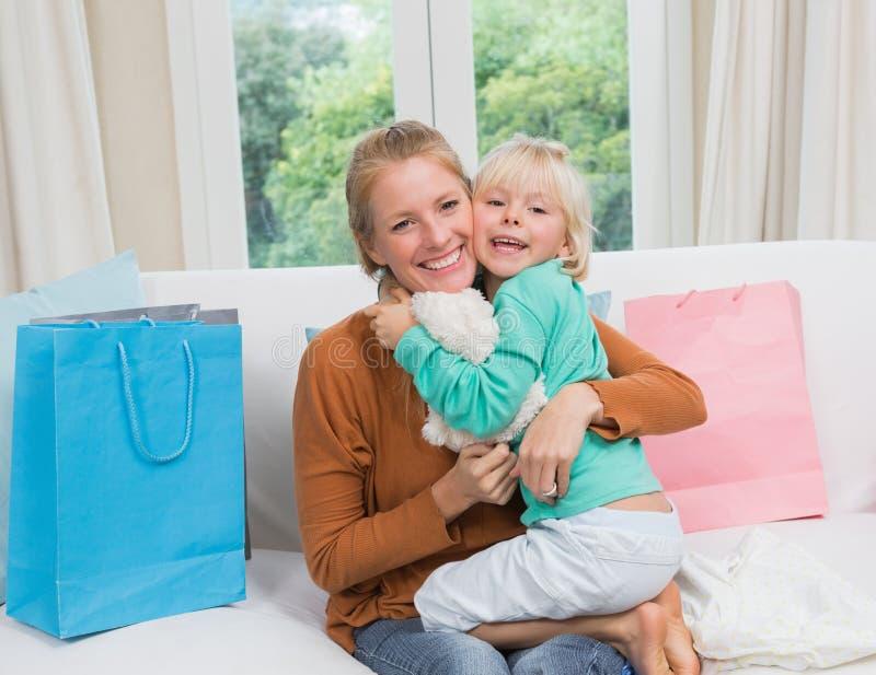 Ευτυχείς μητέρα και κόρη στον καναπέ στοκ φωτογραφία με δικαίωμα ελεύθερης χρήσης