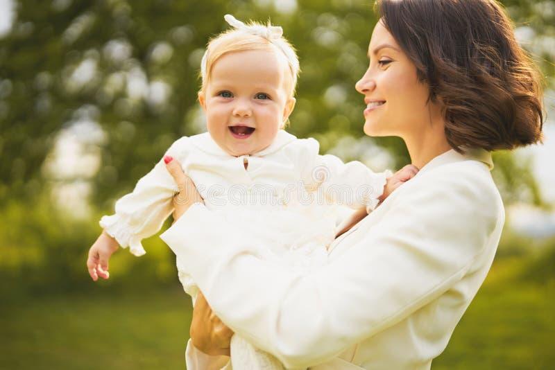 Ευτυχείς μητέρα και κόρη στοκ εικόνες με δικαίωμα ελεύθερης χρήσης