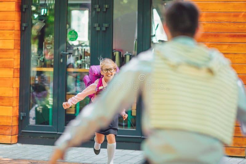 Ευτυχείς μικρό κορίτσι και πατέρας στοκ φωτογραφία με δικαίωμα ελεύθερης χρήσης
