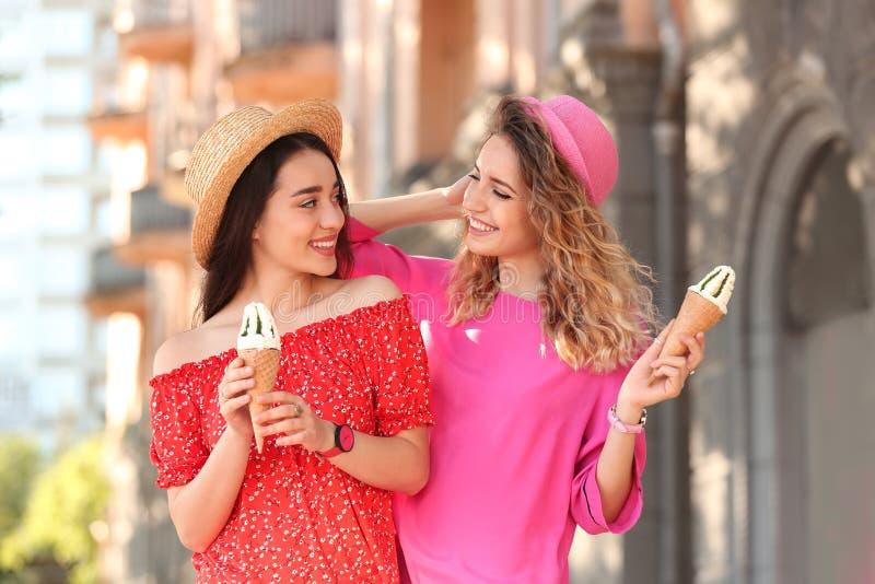 Ευτυχείς νέες γυναίκες με τους εύγευστους κώνους παγωτού στοκ φωτογραφία με δικαίωμα ελεύθερης χρήσης