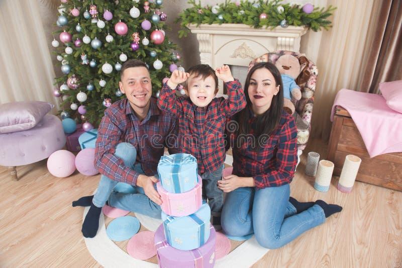 Ευτυχείς νέοι πατέρας και παιδί οικογενειακών μητέρων στο νέο decoratio έτους στοκ φωτογραφίες με δικαίωμα ελεύθερης χρήσης