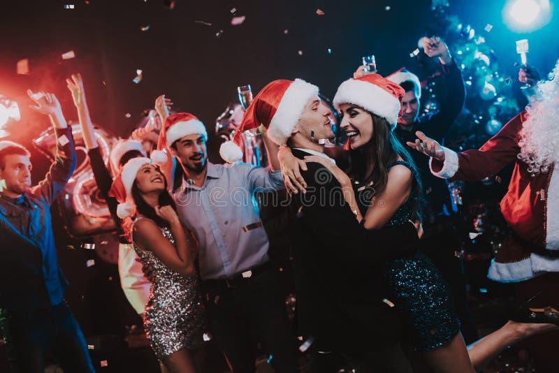 Ευτυχείς νέοι που χορεύουν στο νέο κόμμα έτους στοκ φωτογραφία με δικαίωμα ελεύθερης χρήσης