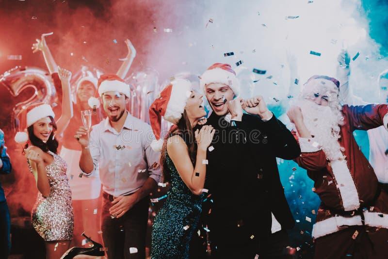 Ευτυχείς νέοι που χορεύουν στο νέο κόμμα έτους στοκ φωτογραφίες
