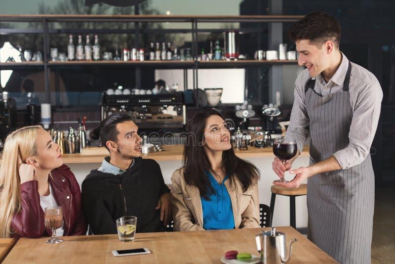 Ευτυχείς νέοι φίλοι που πίνουν τον καφέ στον καφέ στοκ φωτογραφίες με δικαίωμα ελεύθερης χρήσης