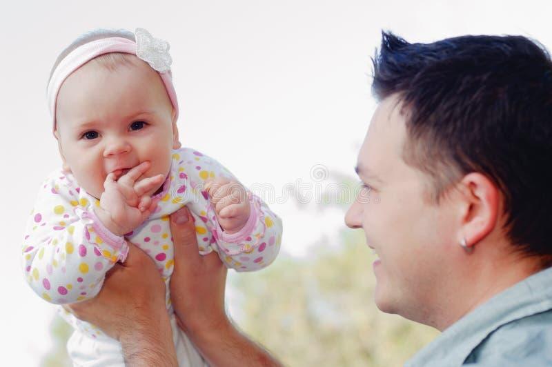 ευτυχείς νεολαίες πατέρων κορών στοκ εικόνες