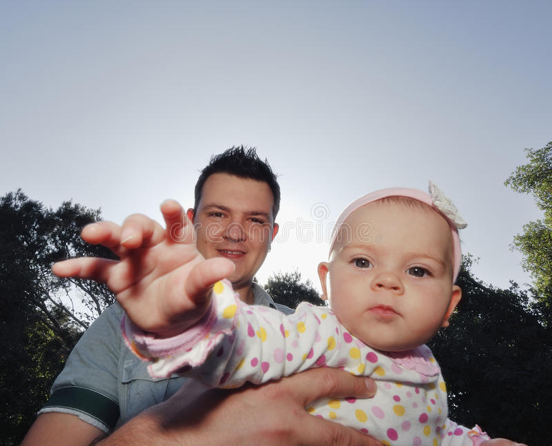 ευτυχείς νεολαίες πατέρων κορών στοκ φωτογραφία