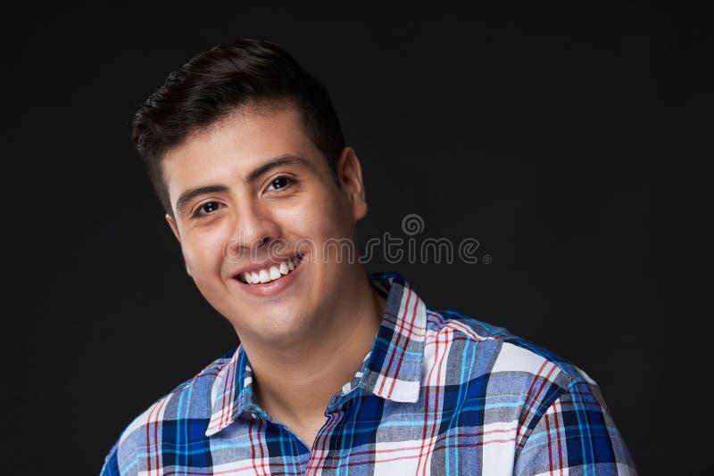 Ευτυχείς νεολαίες που χαμογελούν το λατινικό άτομο στοκ εικόνα με δικαίωμα ελεύθερης χρήσης