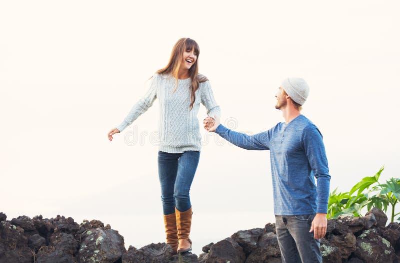 ευτυχείς νεολαίες αγάπης ζευγών στοκ εικόνες