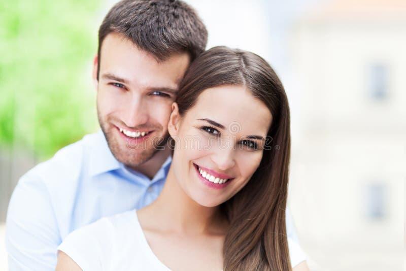 ευτυχείς νεολαίες ζευγών στοκ φωτογραφία με δικαίωμα ελεύθερης χρήσης