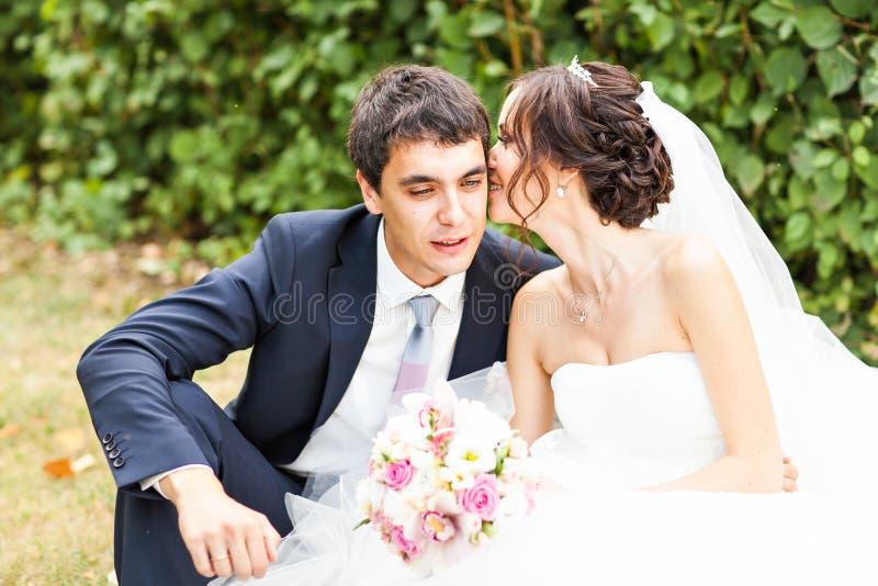 Ευτυχείς νύφη και νεόνυμφος στο γάμο τους στοκ φωτογραφίες