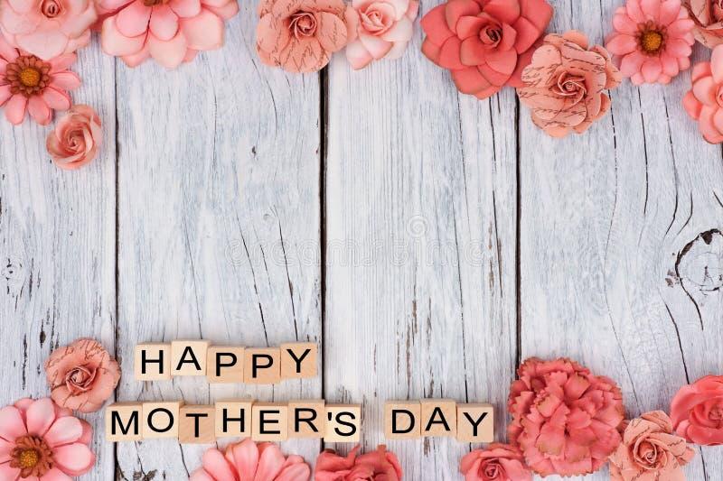 Ευτυχείς ξύλινοι φραγμοί ημέρας μητέρων με τα διπλά σύνορα λουλουδιών στο άσπρο ξύλο στοκ φωτογραφία με δικαίωμα ελεύθερης χρήσης