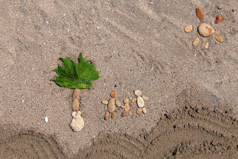 Ευτυχείς οικογένεια και φοίνικας που γίνονται από την πέτρα στοκ εικόνα με δικαίωμα ελεύθερης χρήσης