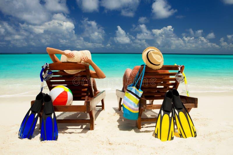 Ευτυχείς οικογενειακές διακοπές στον παράδεισο Το ζεύγος χαλαρώνει στην παραλία στοκ εικόνα