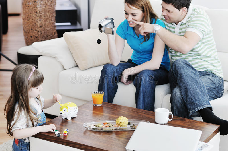 Ευτυχείς οικογενειακές ειδικές στιγμές στο βίντεο στοκ φωτογραφία